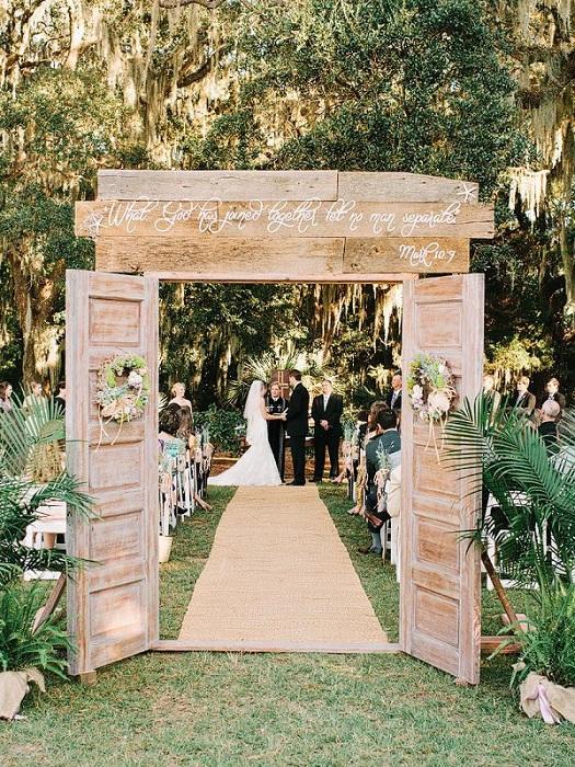 Отличный вариант оформления свадьбы с применением деревянных дверей, как символа открытости.