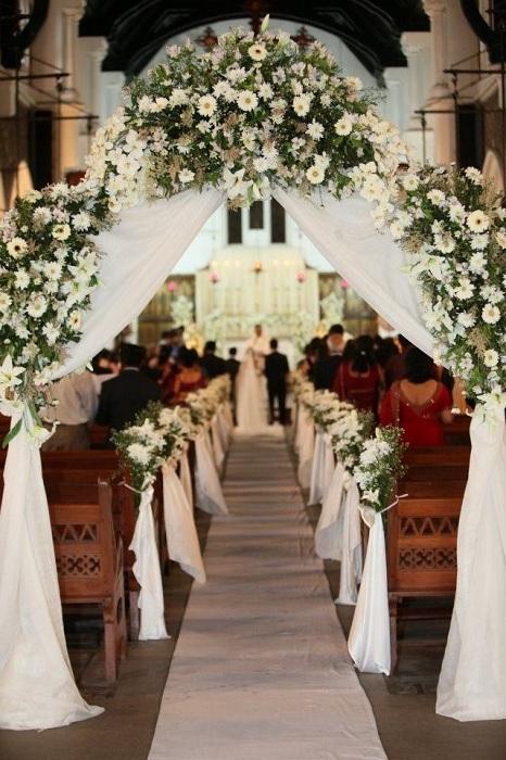 Симпатичная свадебная арка украсит еще больше праздничную обстановку.