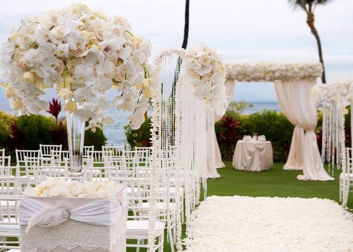 Отличный вариант оформить свадьбу в светлых тонах на открытом воздухе.