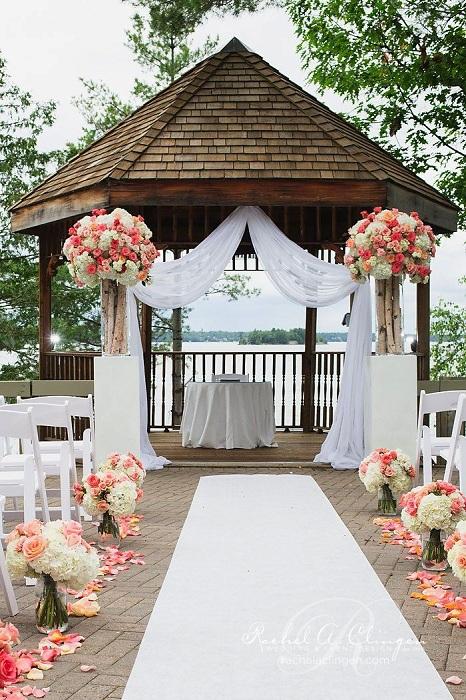 Хорошая атмосфера создана благодаря оформлению свадьбы в шикарной беседке, которая украшена  цветами.