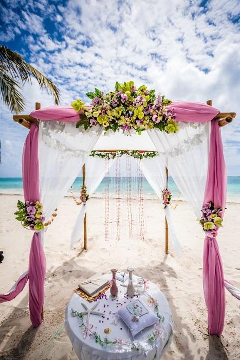 Бело-лиловые тона при оформлении свадьбы – то, что порадует глаз и создаст непринужденную атмосферу.