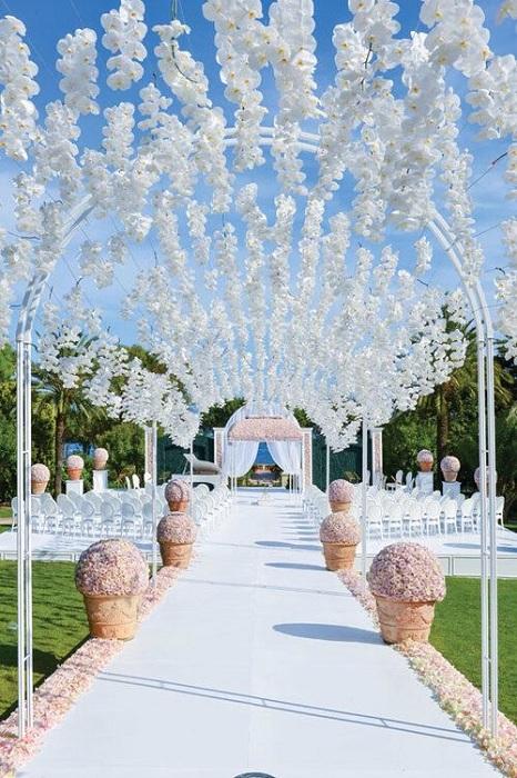 Легкая и светлая свадебная беседка, станет отличным дополнением к свадебному торжеству.