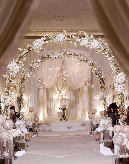Симпатичная нежно-кремовая беседка – это отличный вариант для светлой атмосферы на свадебном торжестве.
