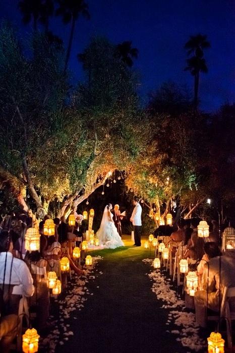 Симпатичное оформление свадебного торжества с фонариками, которые добавляют особенной атмосферы.