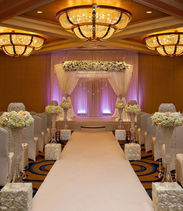 Интересный вариант оформления свадебного торжества при помощи необычной подсветки.