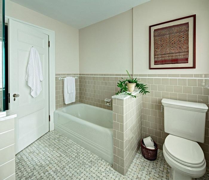 Легкую и непринужденную атмосферу в ванной комнате возможно создать благодаря светлой плитке, что точно понравится.