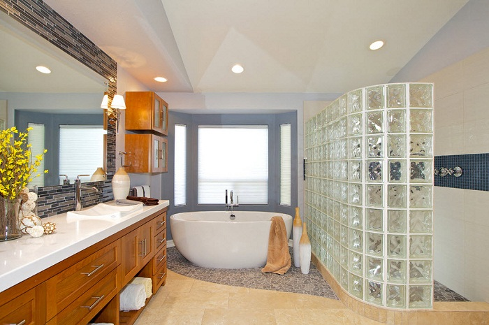 Хороший и пожалуй один из самых лучших вариантов оформления просторной ванной комнаты.