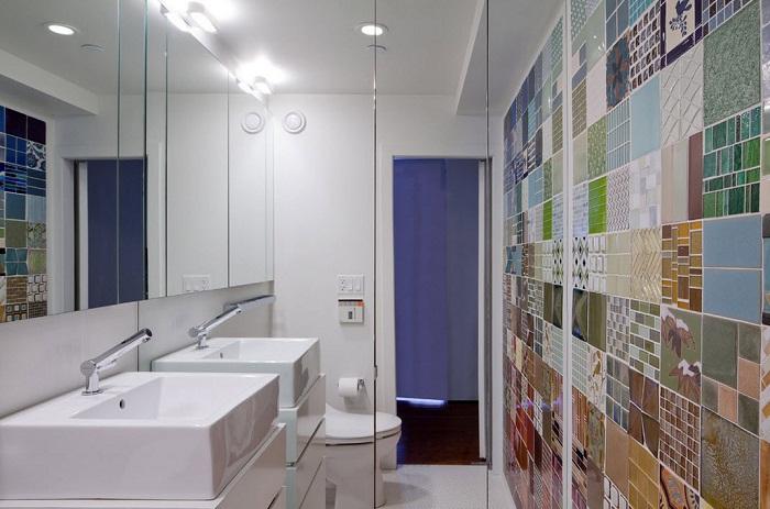 Интересный вариант оформления интерьера ванной комнаты плиткой с разными рисунками, что понравится и создаст интересное настроение.