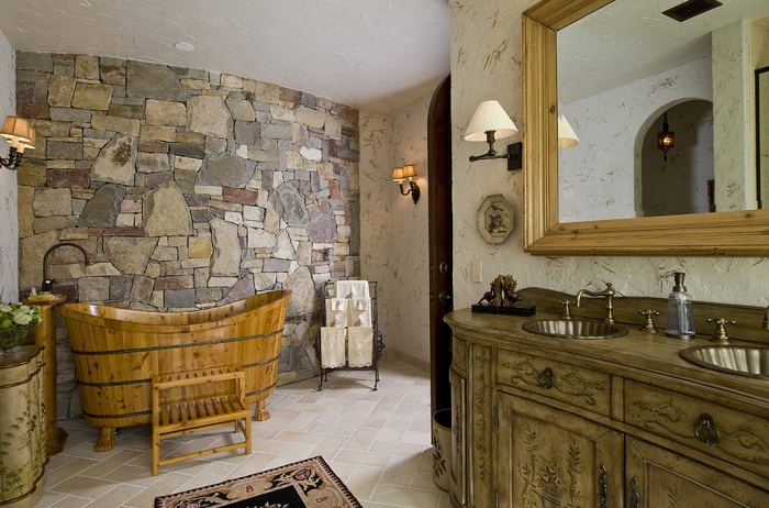 Преобразить ванную комнату возможно с помощью правильного декорирования стен в ней.