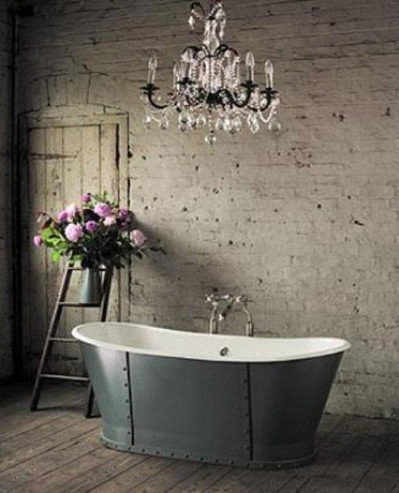 Очень симпатичное оформление ванной комнаты с нестандартной ванной и очень необычными стенами.