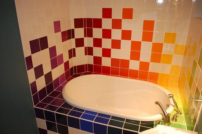 Интересное декорирование ванной комнаты при помощи очень интересного и яркого одновременно кафеля.