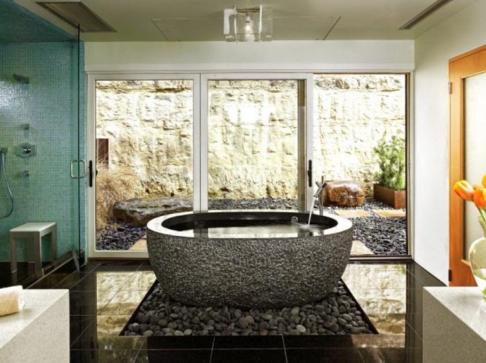 С ванной комнаты открываются прекрасные виды на улицу, что вдохновит и подарит только хорошее настроение.