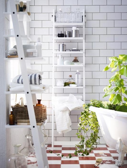 Преобразить ванную комнату возможно при помощи оригинального оформления стен белой плиткой, что вдохновит.