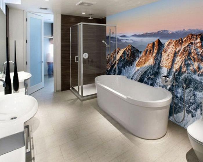 Хороший вариант обустроить ванную комнату при помощи красивых фото-обоев с изображением горных вершин.