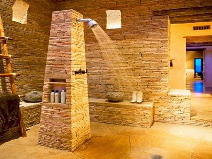 Оригинальное декорирование стен в ванной с помощью мелкой плитки, что понравится.