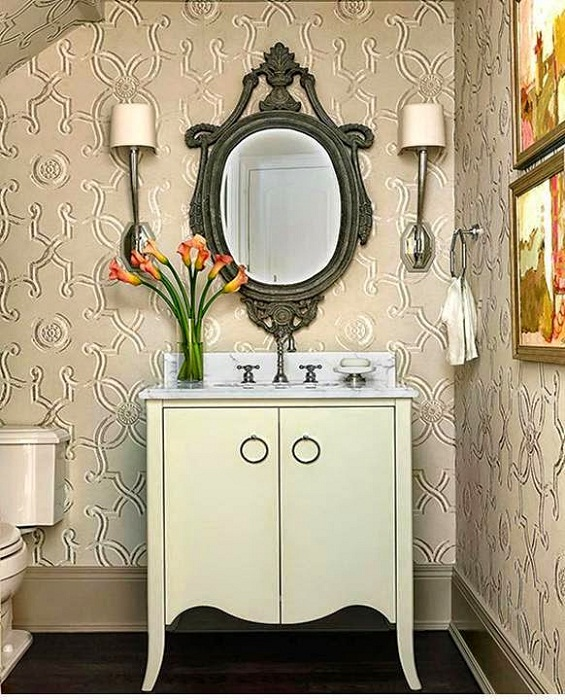 Отличное решение декорировать стены в ванной при помощи оригинальных обоев с крупными узорами.