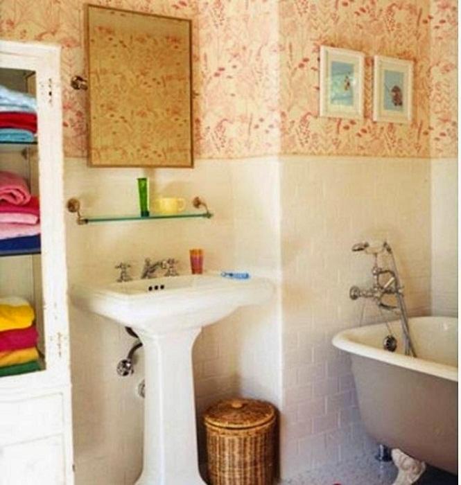 Интересные обои стали изюминкой этой ванны комнаты - это создало определенно теплую атмосферу.