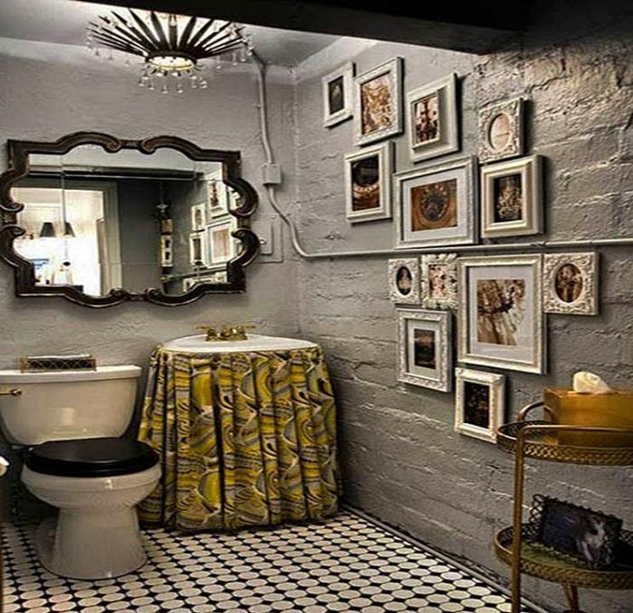 Прекрасный вариант оформления ванной комнаты с очень оригинальными обоями, что создали теплую и уютную обстановку.