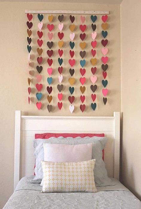 Интересные и яркие гирлянды из сердечек, станут просто хорошим и красивым вариантом для оформления комнаты.