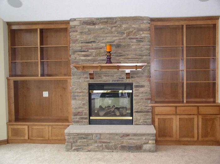 Красивое оформление комнаты при помощи деревянных тенденций и с невероятным камином.