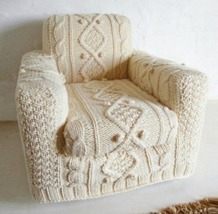 Симпатичное решение для оформления кресла при помощи обвязывания его интересными узорами из нитей.