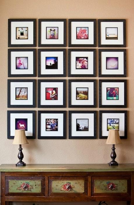 Оригинальное решение оформить стену картинами в рамках или же фотографиями, что точно преобразят обстановку.