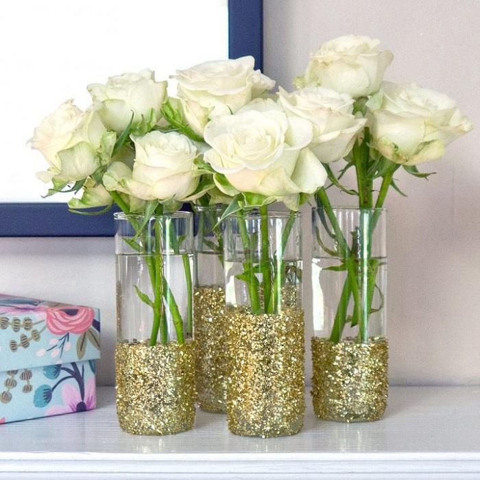 Оригинальное решение для оформления ваз при помощи золотых блесток.
