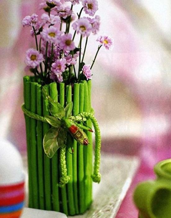 Симпатичный и очень интересный вариант создать вазу из веточек дерева, которые преобразят интерьер любой комнаты.