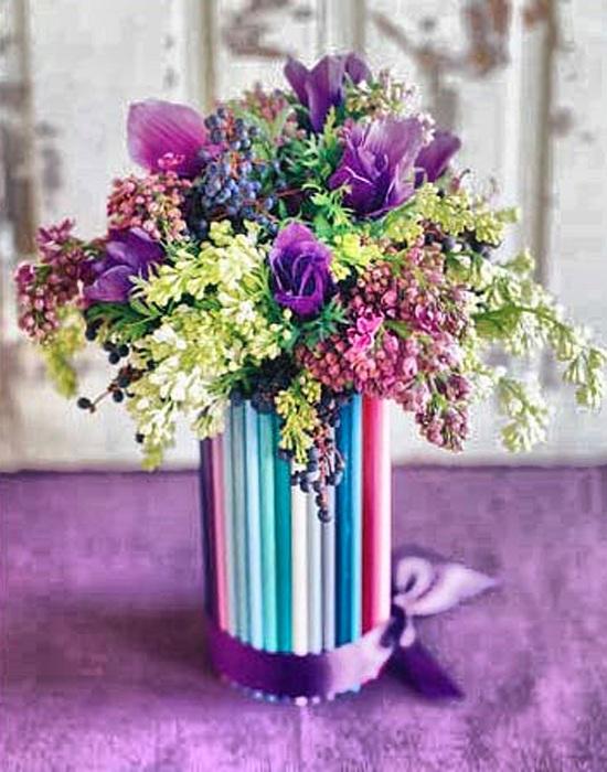 Оригинальный вариант декорировать вазу при помощи обычных  цветных карандашей, что станет находкой для любого интерьера.