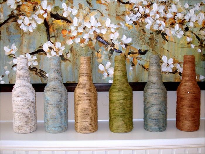 Хорошенькая идея украсить обычные бутылки при помощи нити, что станет просто открытием и позволит создать оригинальные вазы.