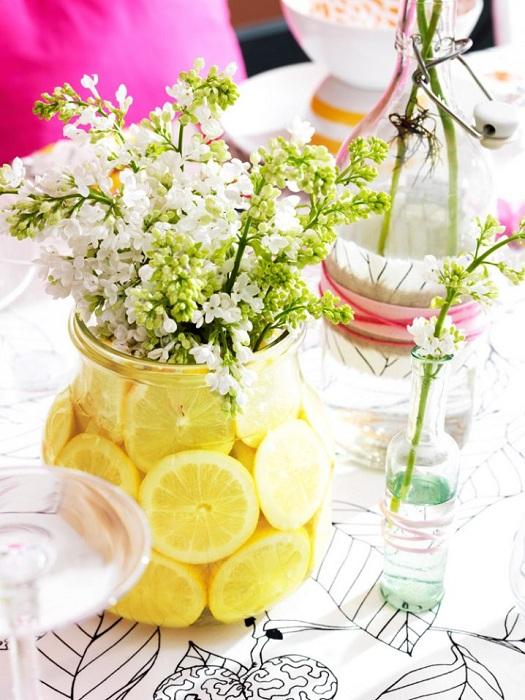Простой, но в тоже время очень яркий вариант оформления вазы при помощи лимонного декора, что станет просто находкой.