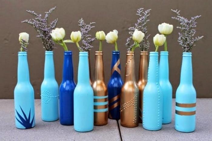 Красивый вариант создать множество мини-ваз своими руками из обычных бутылок.
