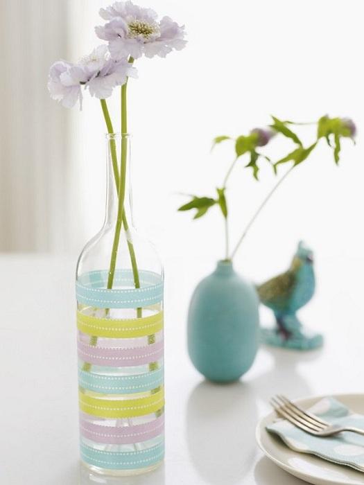 Отменный вариант оформить обычную бутылку в виде прекрасной вазы, что однозначно понравится.
