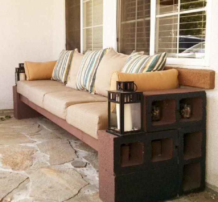 Симпатичное решение чтобы облагородить двор возможно разместить в нем удобную и красивую лавочку.