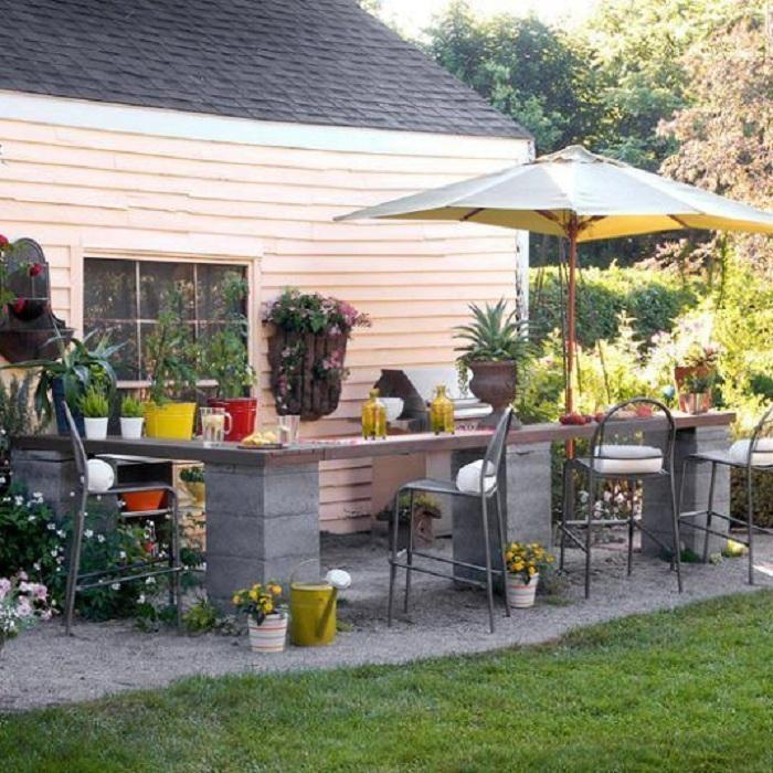 Отличное решение создать интересную столешницу во дворе, которая оптимизирует пространство в нем.