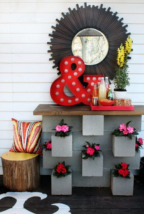 Из шлакоблоков возможно соорудить отличную постройку для того чтобы разместить там множество красивых цветов.