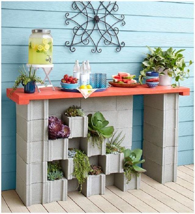 Хороший вариант разместить цветы под столом, что украсит общую картинку и соорудить стол во дворе.