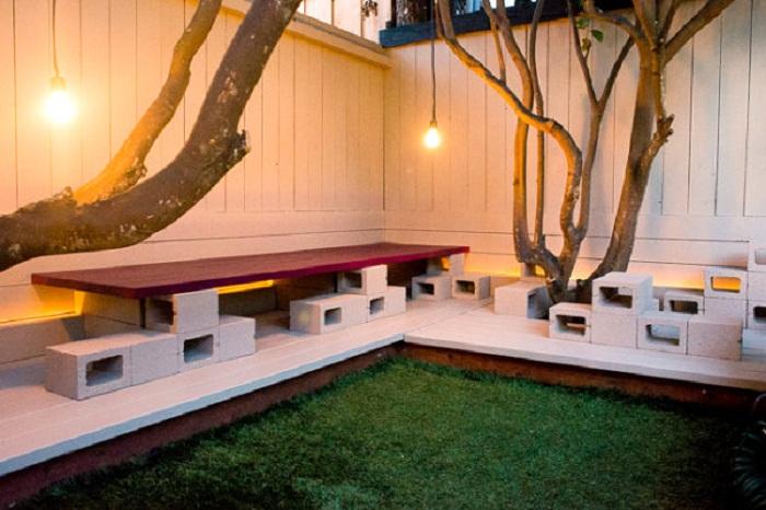 Симпатичная лавочка во дворе сооружена благодаря простым и интересным шлакоблокам.
