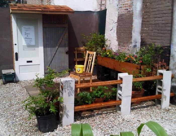 Хороший вариант создать интересный заборчик из брусьев и шлакоблоков, что станет находкой для любого двора.