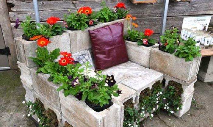 Отличный вариант создать интересную обстановку во дворе при помощи шлакоблоков и цветов, то что понравится и будет выглядеть довольно нестандартно.