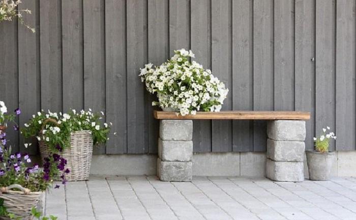 Хороший вариант соорудить небольшую лавочку во дворе, то что позволит создать еще более уютную атмосферу.