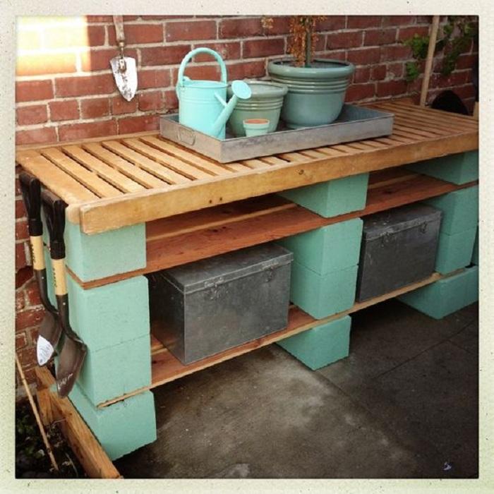 Удобный столик возможно создать при помощи шлакоблоков и ненужных досок, что станет просто оптимальным для любого двора.