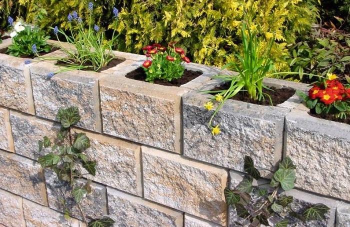 Прекрасный вариант создать хороший и удачный вариант оформления цветочного сада в шлакоблоках, то что точно понравится.