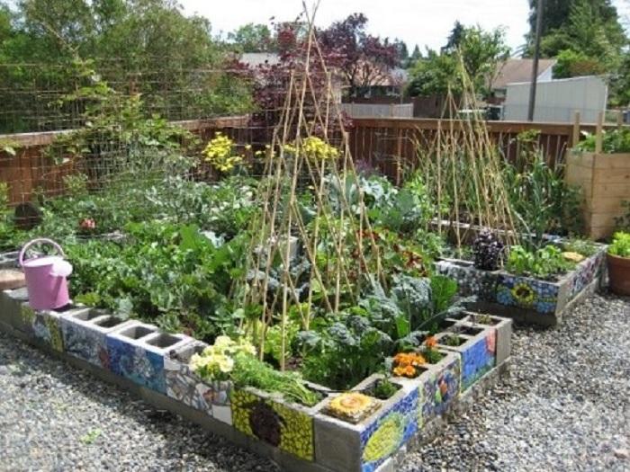 Хороший вариант создать просто прекрасную обстановку около дома при помощи необычного оформления грядок на огороде.