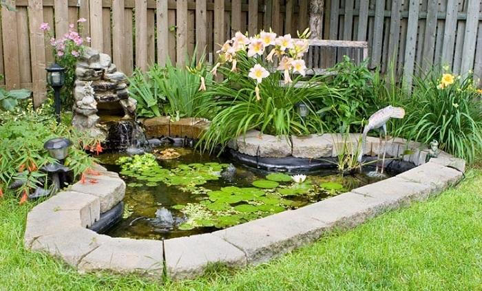 Симпатичная идея создать удобный и красивый фонтан, то что понравится и украсит общий вид во дворе.