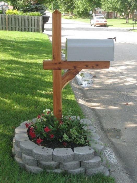 Хороший вариант оформить почтовый ящик во дворе и украсить его у основания шлакоблоками.