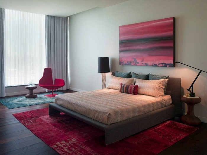Спальня может быть комфортной благодаря простому интерьеру с нужными элементами.