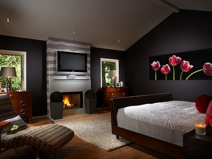 Интерьер спальной показывает, что даже черные стены могут выглядеть стильно и романтично одновременно.