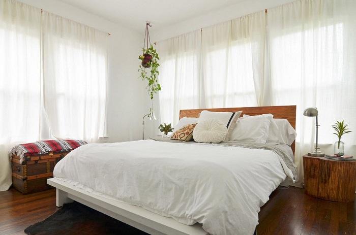 Сочетание кантри-стиля в деталях с предметами декора создаст гармоничную обстановку.