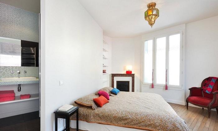 Украсить светлый интерьер спальной возможно благодаря ярким элементам декора.